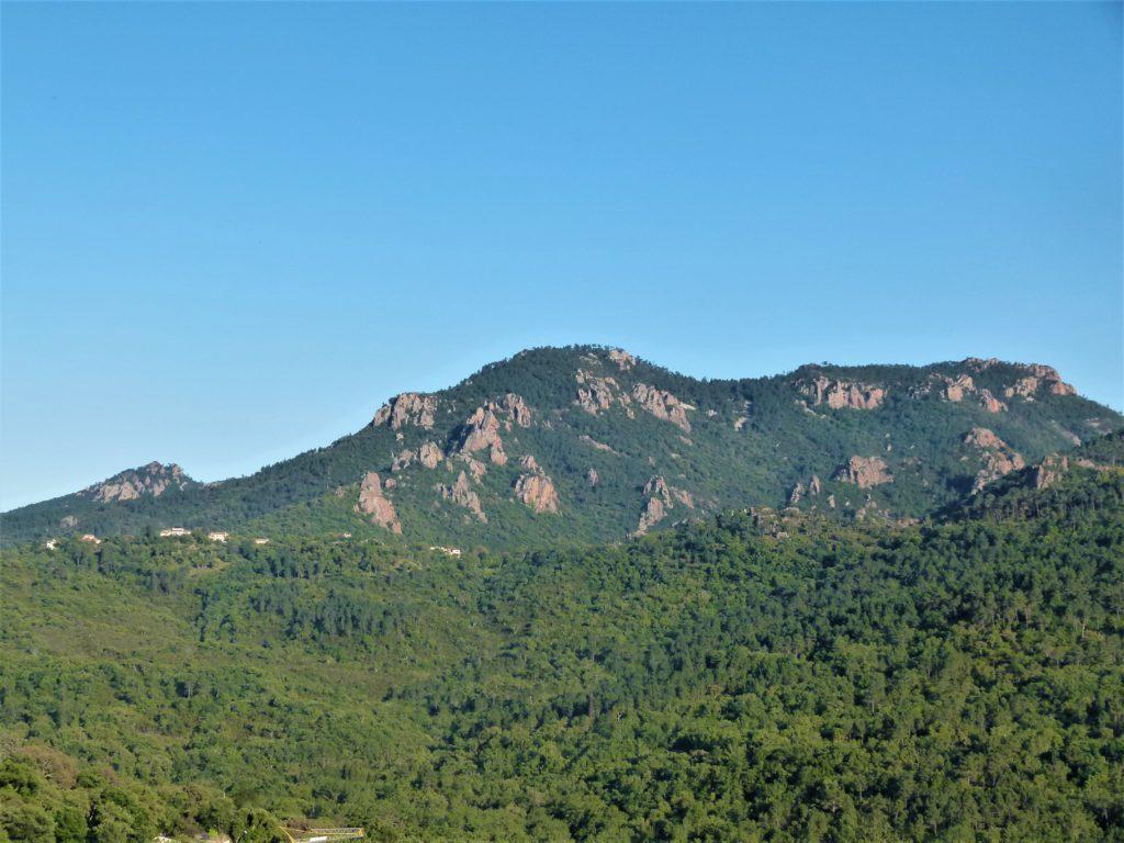 La montagne des adrets de l'Esterel dans le var.